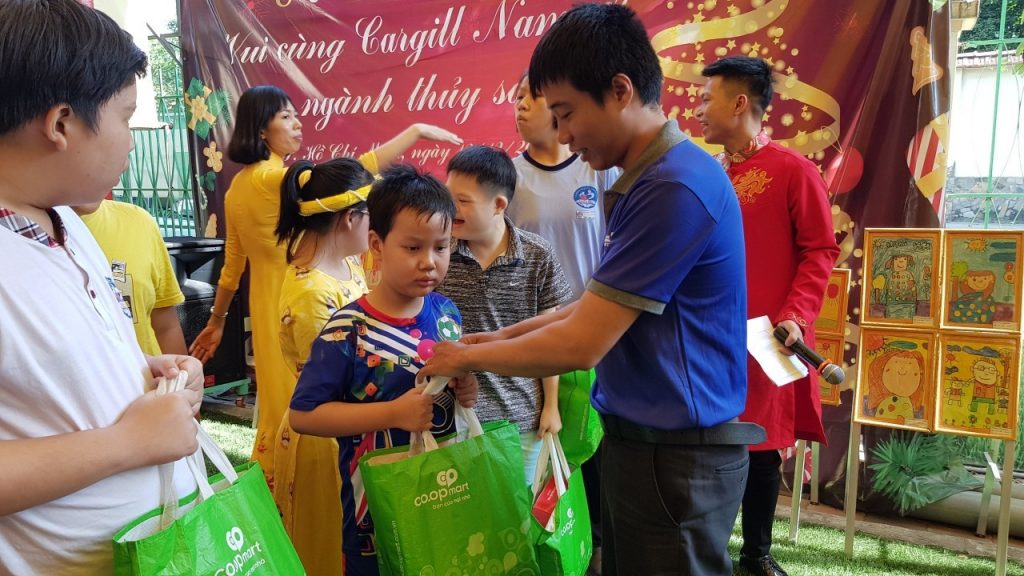 Đoàn Thanh niên Đối Tác Chân Thật tặng quà Tết cho các em nhỏ tại trường Chuyên Biệt Thảo Điền, Quận 2